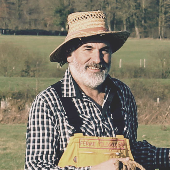 Tiligolo le fermier du spectacle musical sourit dans la ferme