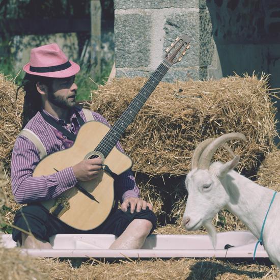 Fanfare le composiculteur avec sa guitare heureux comme un canard dans la mare