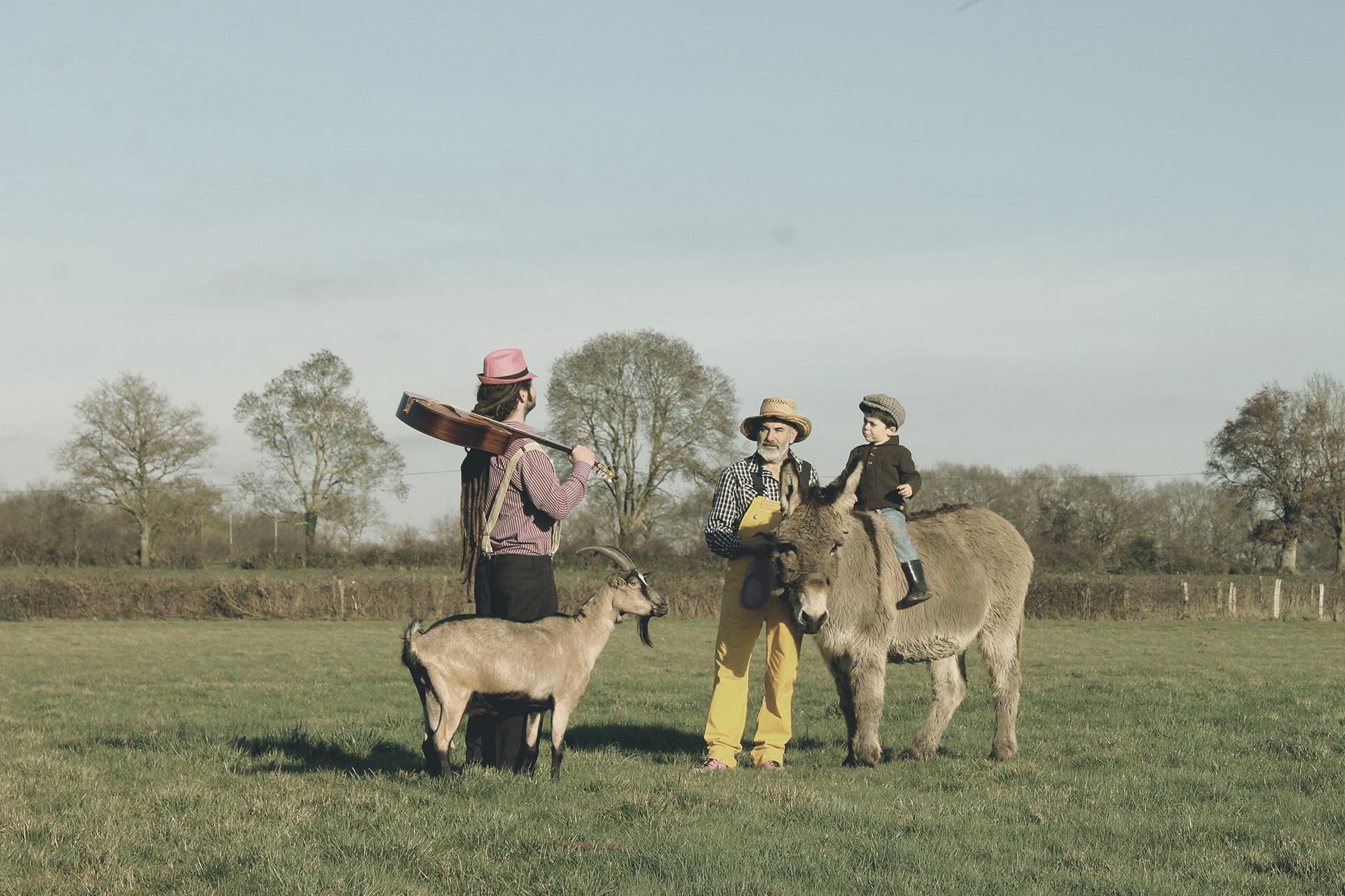 La rencontre de Tiligolo le fermier et Fanfare le musicien dans un champ avec une chèvre et un âne