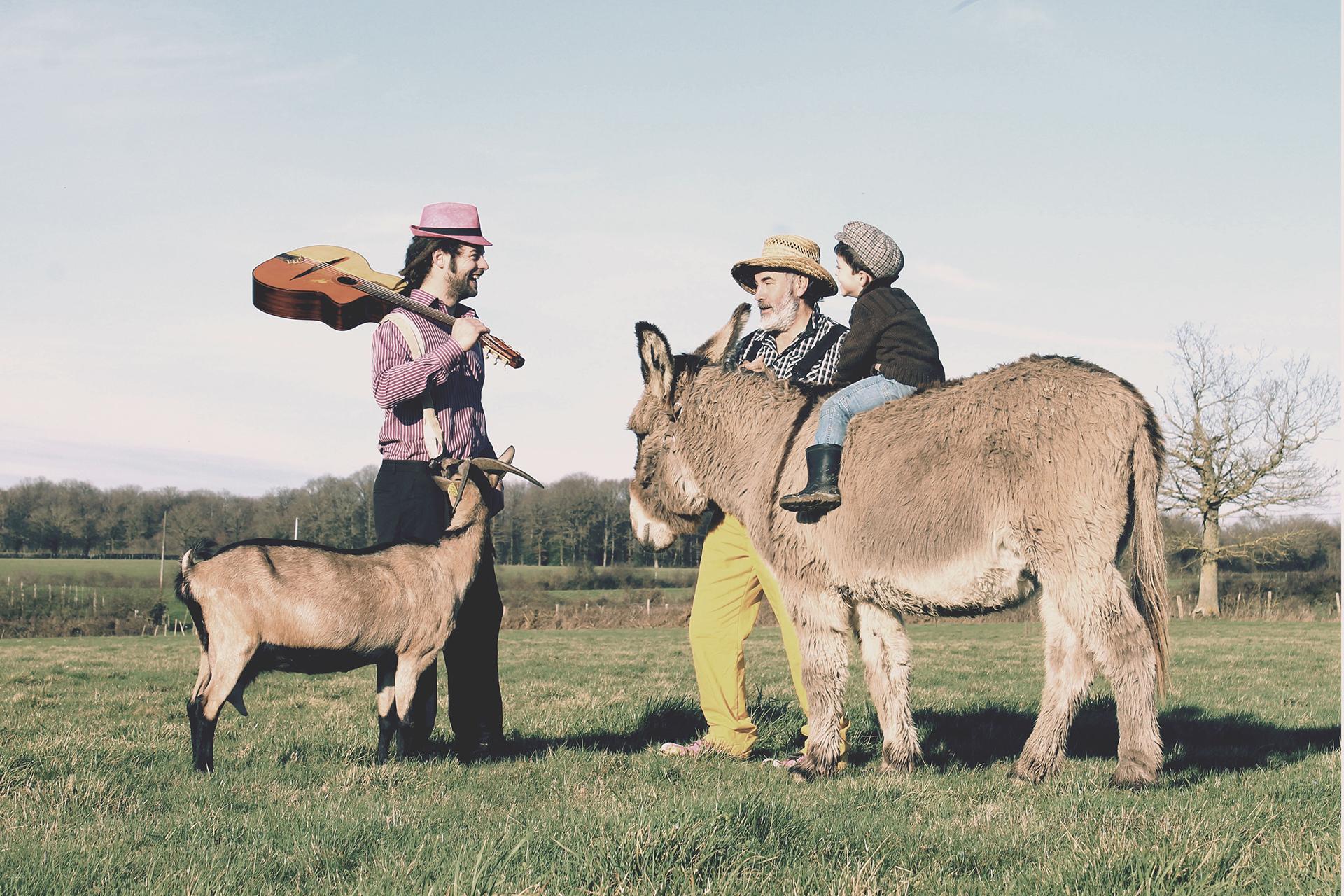 La rencontre de Tiligolo le fermier et Fanfare le musicien dans un champ avec une chèvre et un âne 2