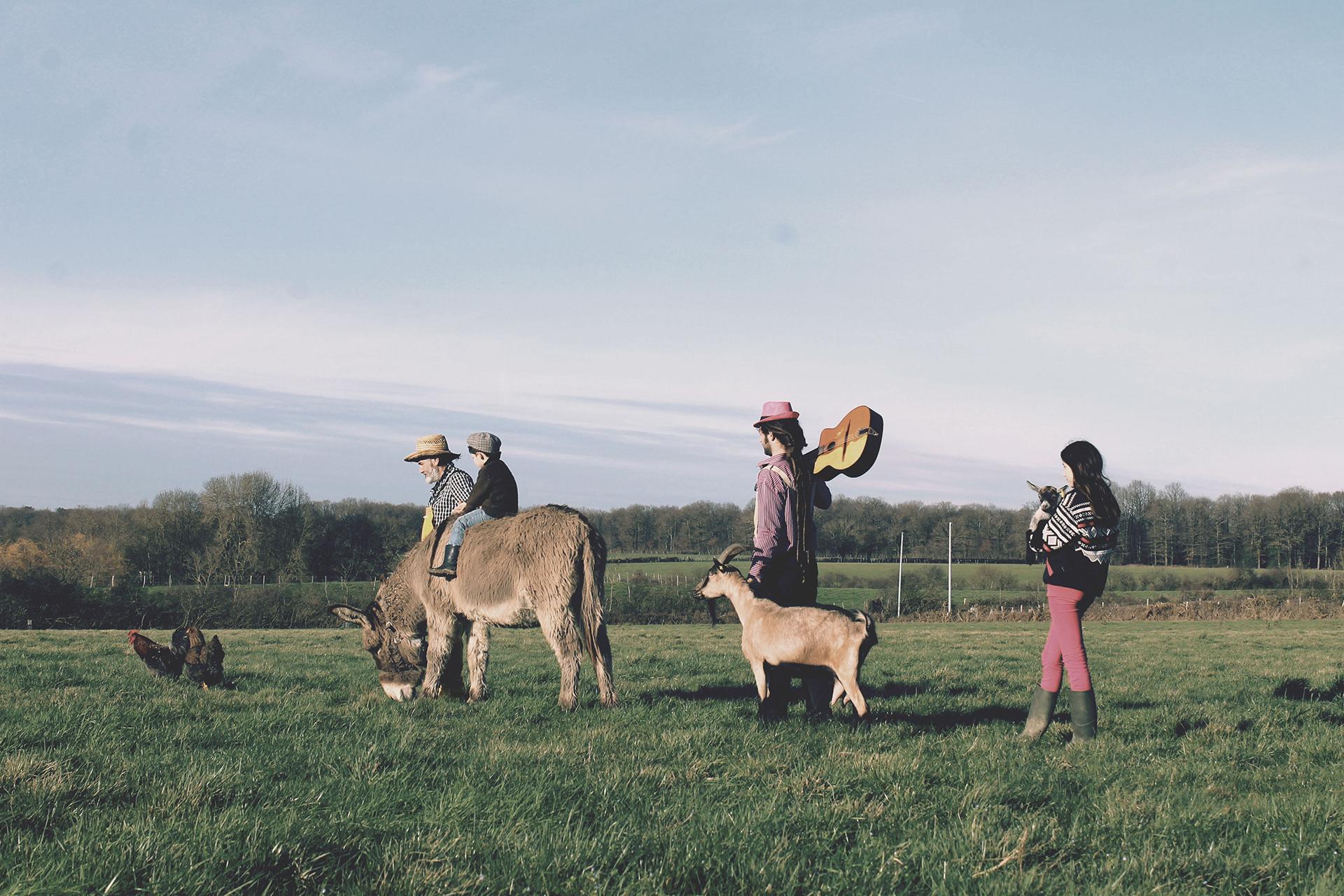 Tiligolo le fermier, Fanfare le musicien et deux enfants dans un champ avec une chèvre et un âne